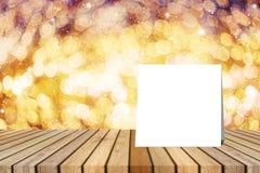 O cartão branco pôs sobre a tabela e borrou o bokeh fora de foco no fundo da luz da noite de Natal molde da exposição do produto Imagens de Stock Royalty Free