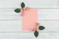 O cartão cor-de-rosa vazio decora com as flores de papel da rosa do rosa e as folhas do verde Fotografia de Stock Royalty Free
