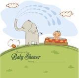 O cartão da festa do bebê com um menino pequeno pulverizou por um elefante ilustração do vetor