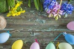 O cartão da Páscoa com mola floresce o jacinto azul e cor-de-rosa Fotografia de Stock