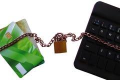 O cartão de crédito é conectado ao computador e ao Internet foto de stock