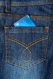 O cartão de dinheiro nas calças de brim suporta o bolso Fotos de Stock Royalty Free