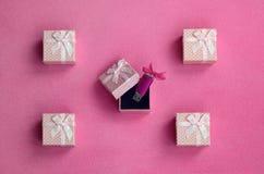 O cartão de memória Flash brilhante do usb do rosa com uma curva cor-de-rosa encontra-se em uma caixa de presente pequena no rosa Fotos de Stock Royalty Free