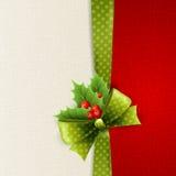 O cartão de Natal com às bolinhas verdes curva-se e azevinho Fotos de Stock