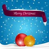 O cartão de Natal feito no azul com flocos de neve, bandeira vermelha com o Feliz Natal das palavras, neve coloca dois vermelhos  Imagens de Stock Royalty Free