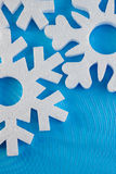 O cartão do ano novo com bolas azuis, os flocos de neve brancos espuma, laranja bronzeado Imagens de Stock Royalty Free