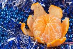O cartão do ano novo com bolas azuis, os flocos de neve brancos espuma, laranja bronzeado Fotografia de Stock