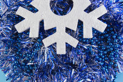O cartão do ano novo com bolas azuis, os flocos de neve brancos espuma, laranja bronzeado Fotos de Stock Royalty Free