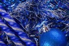 O cartão do ano novo com bolas azuis, os flocos de neve brancos espuma, laranja bronzeado Foto de Stock Royalty Free