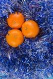 O cartão do ano novo com bolas azuis, os flocos de neve brancos espuma, laranja bronzeado Imagem de Stock