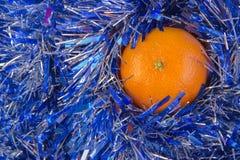 O cartão do ano novo com bolas azuis, os flocos de neve brancos espuma, laranja bronzeado Foto de Stock