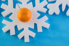 O cartão do ano novo com bolas azuis, os flocos de neve brancos espuma, laranja bronzeado Imagem de Stock Royalty Free