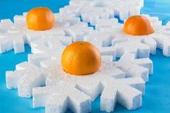 O cartão do ano novo com bolas azuis, os flocos de neve brancos espuma, laranja bronzeado Imagens de Stock