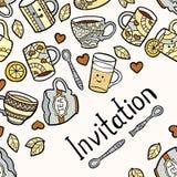 O cartão do convite com os acessórios do chá da garatuja na luz pontilhou o fundo Imagem de Stock Royalty Free