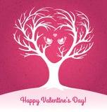 O cartão do dia de Valentim com coração deu forma à árvore e aos 2 periquitos Imagens de Stock Royalty Free