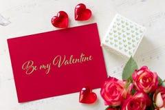 O cartão do dia de Valentim com corações da caixa de presente das rosas e a rotulação sejam meu Valentim imagens de stock