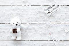 O cartão do dia de Valentim, flocos de neve brinca o coração do urso no fundo romântico de madeira branco do feriado de inverno,  Fotografia de Stock