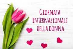 O cartão do dia do ` s das mulheres com italiano exprime o ` de donna do della do internazionale de Giornata do ` Imagens de Stock