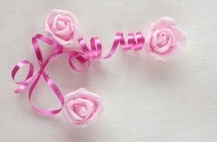 O cartão do dia do ` s das mulheres, fita cor-de-rosa e aumentou Imagem de Stock