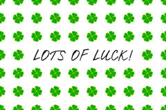 O cartão do dia do ` s de St Patrick com o trevo verde do mosaico sae e texto no fundo branco Inscrição - LOTES da SORTE! Fotografia de Stock Royalty Free