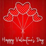 O cartão do dia do ` s do Valentim com coração vermelho balloons em uma textura de madeira vermelha Foto de Stock