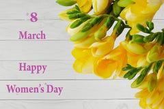 O cartão feliz do dia do ` s das mulheres com frésia amarela floresce Fotos de Stock Royalty Free