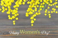 O cartão feliz do dia do ` s das mulheres com mimosa floresce Imagens de Stock