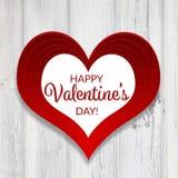 O cartão feliz do dia do ` s do Valentim, grande coração lido em um branco afligiu o fundo de madeira Imagem de Stock Royalty Free