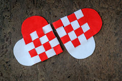 O cartão para corações feitos a mão do dia de Valentim dois do feltro torceu a cor branca e vermelha Imagens de Stock Royalty Free