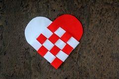 O cartão para corações feitos a mão do dia de Valentim dois do feltro torceu a cor branca e vermelha Fotos de Stock