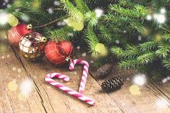 O cartão para os feriados do Natal enfeita o fundo de madeira Li do Natal do fundo dos brinquedos de Cane Christmas dos doces dos Foto de Stock Royalty Free