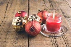 O cartão para os feriados do Natal enfeita o fundo de madeira Li do Natal do fundo dos brinquedos de Cane Christmas dos doces dos Fotografia de Stock