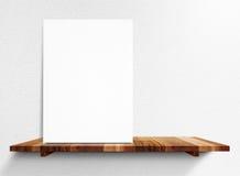 O cartaz branco vazio na prateleira de madeira na parede branca da casa, zomba acima fotos de stock royalty free