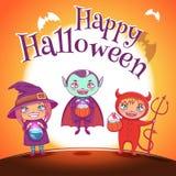O cartaz com as crianças nos trajes da bruxa, o vampiro e o diabo para Dia das Bruxas feliz party No fundo alaranjado com Lua che ilustração royalty free