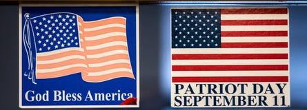 O cartaz danificado da bandeira com queimadura vermelha e curado recorda a bandeira Fotos de Stock Royalty Free
