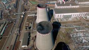 O carvão ateou fogo à central elétrica com as torres refrigerando que liberam o vapor na atmosfera filme