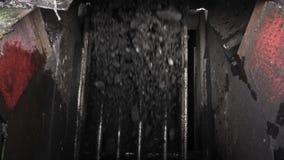 O carvão cai através do filtro Movimento lento filme