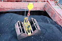 O carvão da carga das barcas da carga em um portador de maioria que usa o navio cranes e garras no porto de Samarinda, Indonésia fotos de stock royalty free