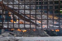 O carvão vegetal ardente é essencial fotografia de stock royalty free