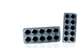 O carvão vegetal ativado marca comprimidos no bloco de bolha no fundo branco com espaço da cópia Fotografia de Stock Royalty Free