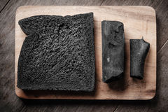O carvão vegetal pana o naco no fundo de madeira Fotografia de Stock Royalty Free