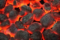 O carvão vegetal quente de Pit With Glowing And Flaming da grade do assado Briquet imagem de stock