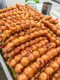 O carvão vegetal tailandês tradicional roasted a salsicha de Isaan, no fundo da folha da banana Asiático, aperitivo denominado ta Imagem de Stock Royalty Free
