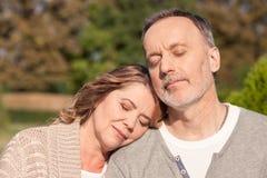 O casal idoso alegre está dormindo no fotografia de stock