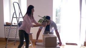 O casal novo traz caixas com coisas ao apartamento novo após a renovação e abraça-se vídeos de arquivo