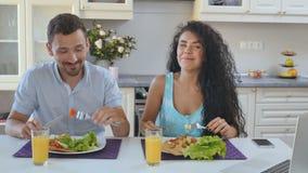 O casal tem um café da manhã na cozinha vídeos de arquivo