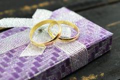O casamento, alianças de casamento do ouro lambe em uma caixa Foto de Stock Royalty Free