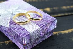 O casamento, alianças de casamento do ouro lambe em uma caixa Imagens de Stock