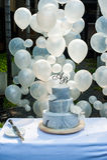 O casamento azul do bolo com decora o texto de A&B no fundo da parte superior e do balão Fotografia de Stock
