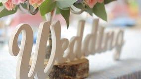 O casamento branco e a família do signage do casamento ficam na tabela Casamento da palavra como a iluminação do signage na decor video estoque